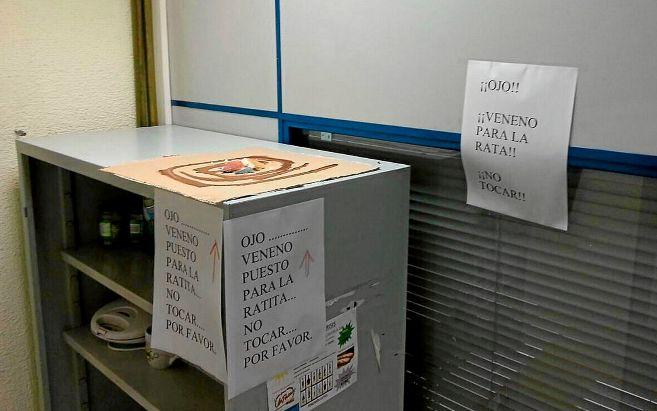 Carteles advirtiendo de la trampa para roedores en la comisaría de...