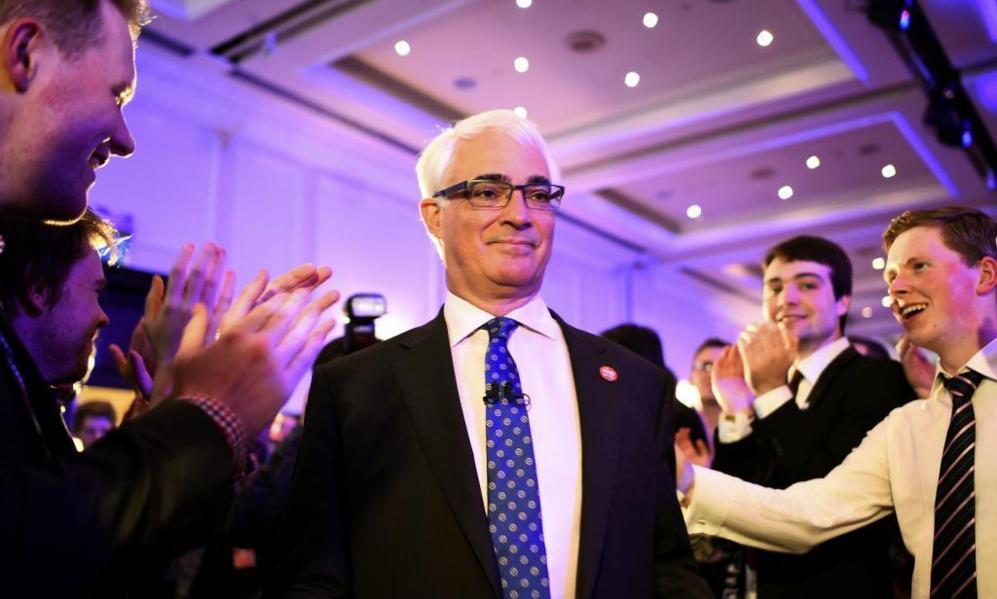 Partidarios del 'no' aplauden a Alistair Darling en la sede de la...