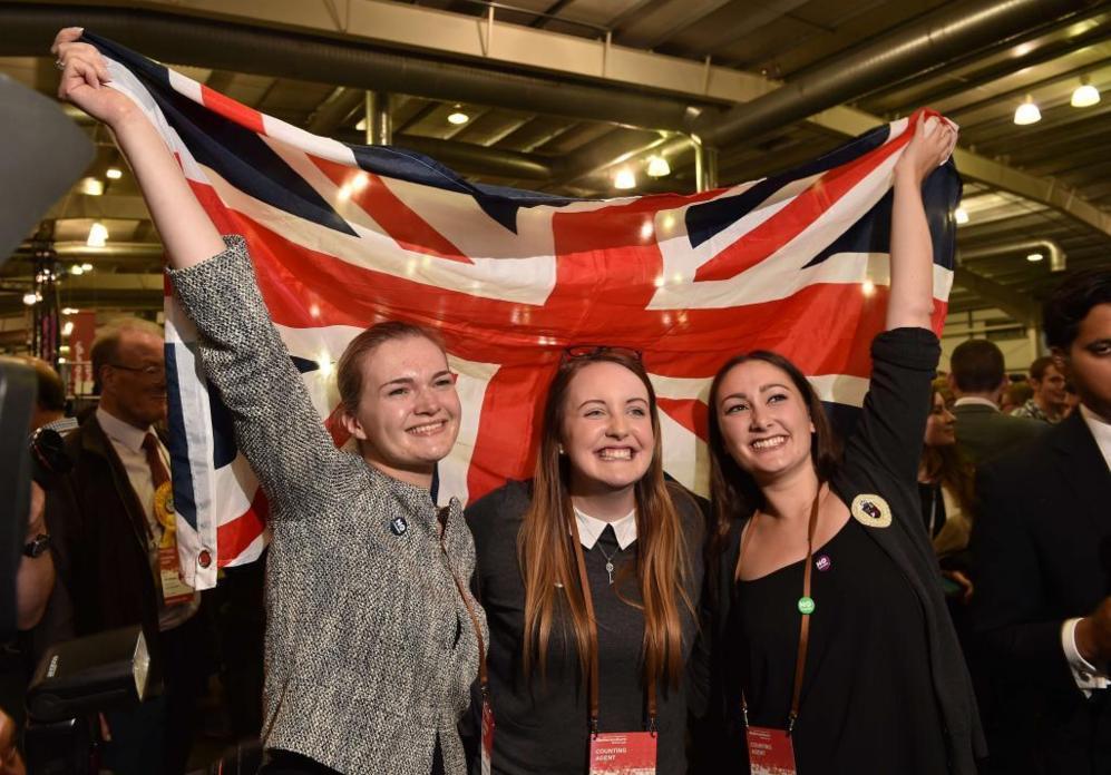 Partidarias del 'no' posan con la Union Jack en Edimburgo.