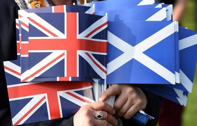 Banderas de Reino Unido y Escocia en Edimburgo.