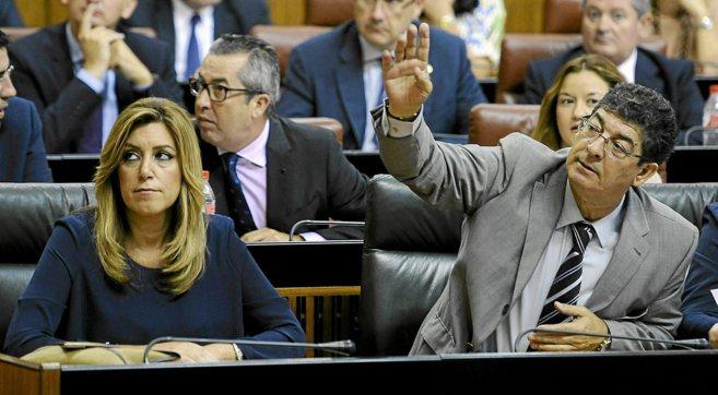 Susana Díaz y Diego Valderas, sentados en sus escaños, este sábado...
