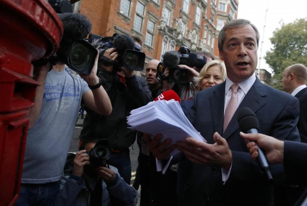 El líder del partido eurófobo UKIP, Nigel Farage, envía cartas en...