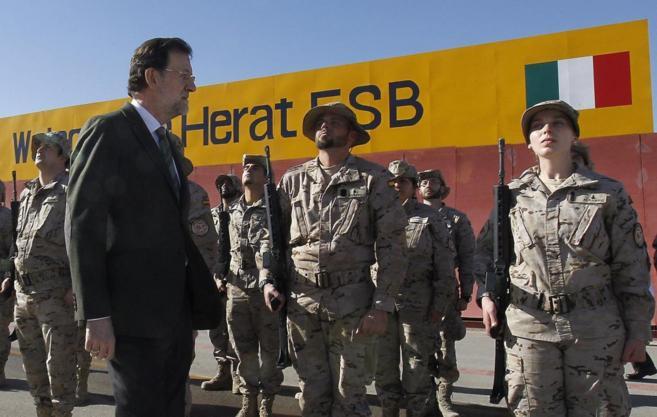 Rajoy visitando a las tropas españolas destinadas en la base de Herat...