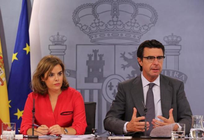 El ministro de Industria, José Manuel Soria, junto a la...