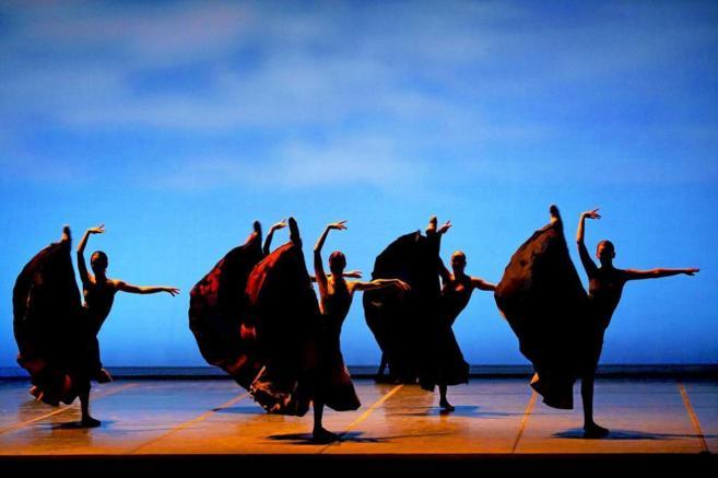 Los bailarines de 'El Sur' ensayan una escena de la obra.
