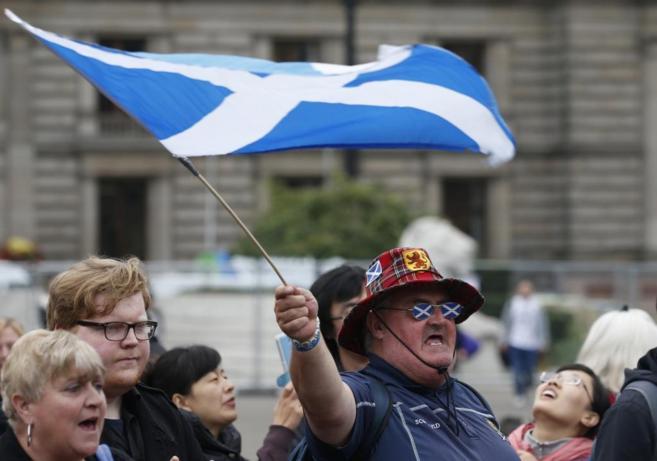 Un partidario del 'sí' a la independencia de Escocia, tras...