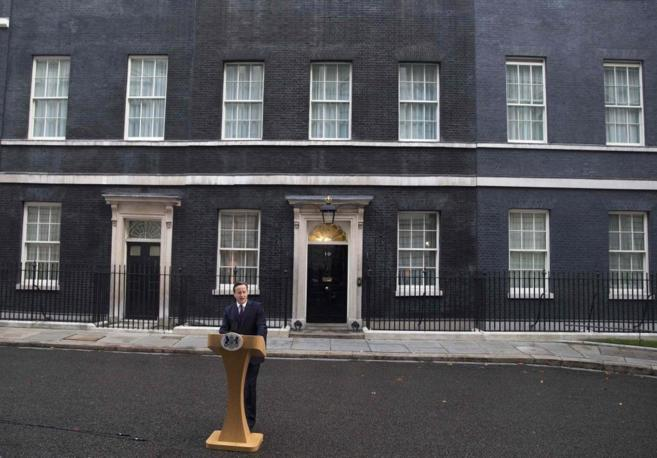 El primer ministro, David Cameron, habla frente a Downing Street, tras...