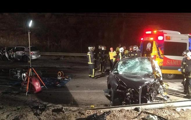 Los bomberos en el lugar del accidente.