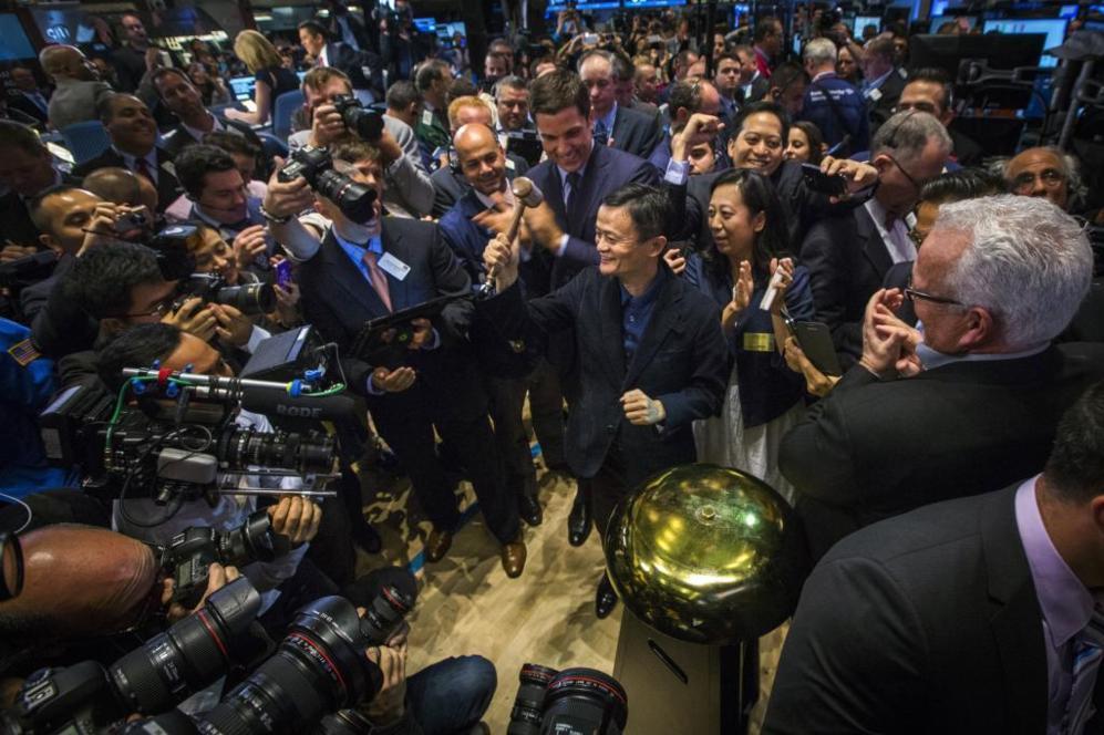 El fundador de Alibaba, Jack Ma, muestra una maza en el debut en Bolsa...