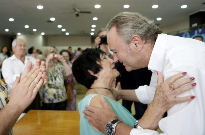 Fabra besa a una militante en el almuerzo que ha mantenido en la...