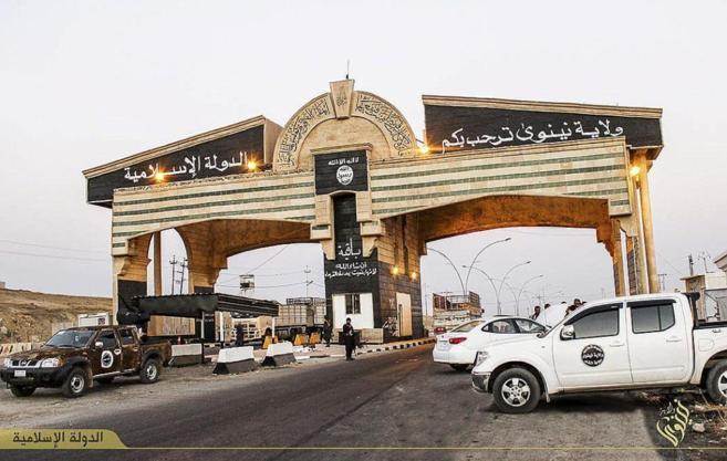 Puesto de control de Estado Islámico en Mosul, en una imagen...