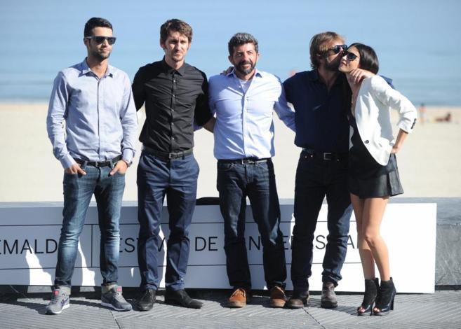 El director Alberto Rodríguez (centro) rodeado de los actores de...