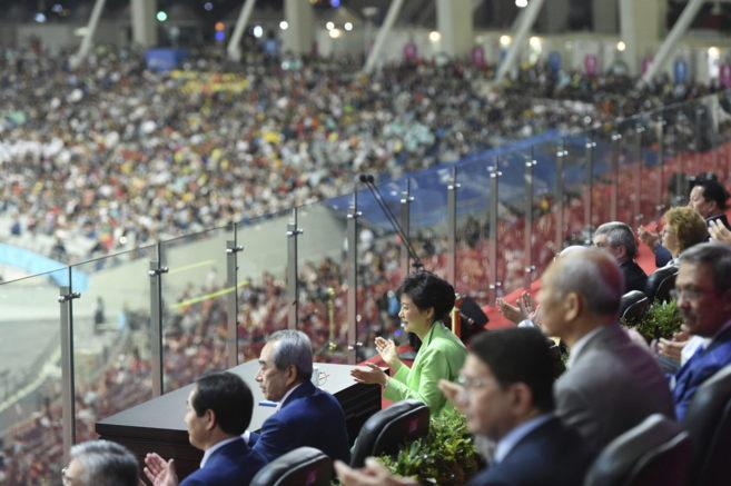 La presidenta surcoreana, Park Geun-hye, aplaude en la ceremonia de...