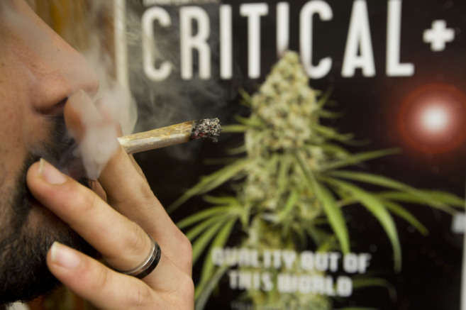 Un joven fuma un cigarrillo de cannabis.