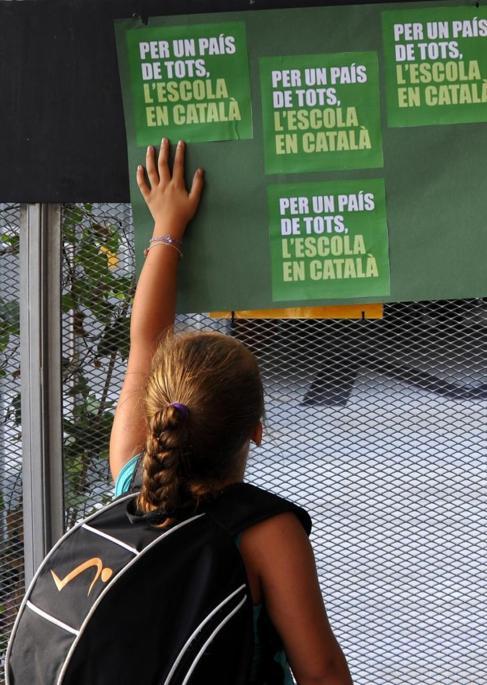 Carteles en favor de la enseñanza en catalán en Barcelona.