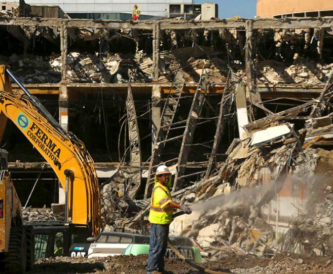 Un operario, durante el derribo de un centro comercial en Sacramento,...