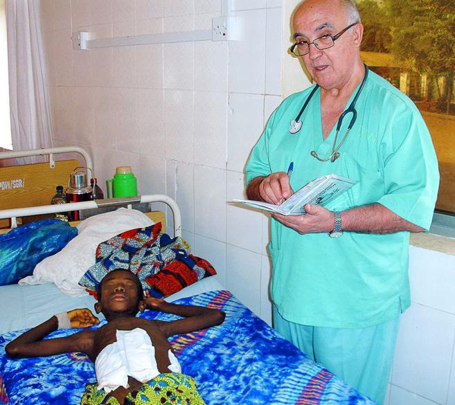 El cirujano García Viejo, junto a un paciente del hospital de San...