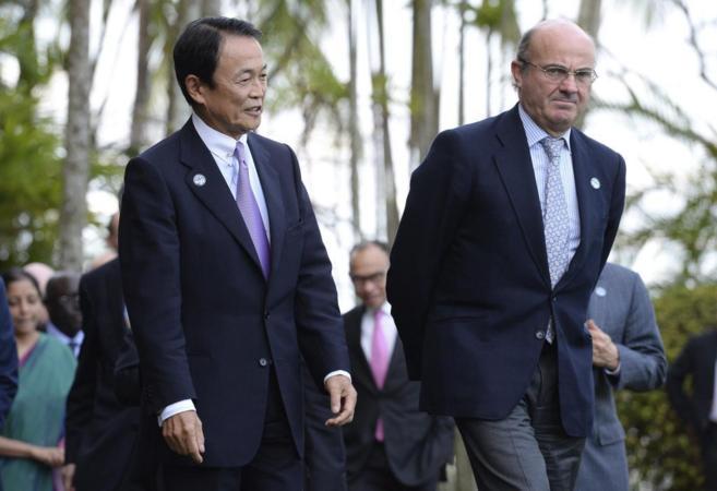 El ministro de Economía, Luis de Guindos, junto al ministro de...