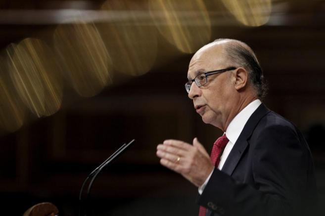 Cristóbal Montoro, ministro de Hacienda, hablando ante un micrófono