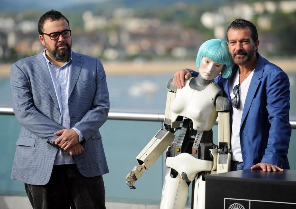 El director Gabe Ibáñez, el actor Antonio Banderas y una de las...