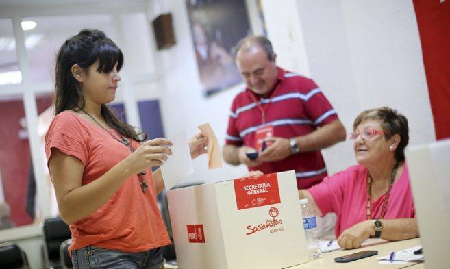 Una joven vota en las primarias para elegir al candidato del PSPVla...