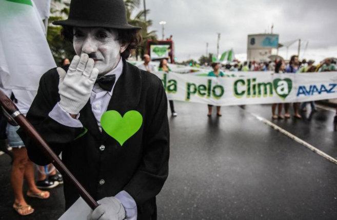 Un hombre disfrazado de Charles Chaplin participa en la marcha contra...