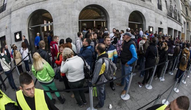 Decenas de personas hacen cola frente a una tienda Apple en Berlín
