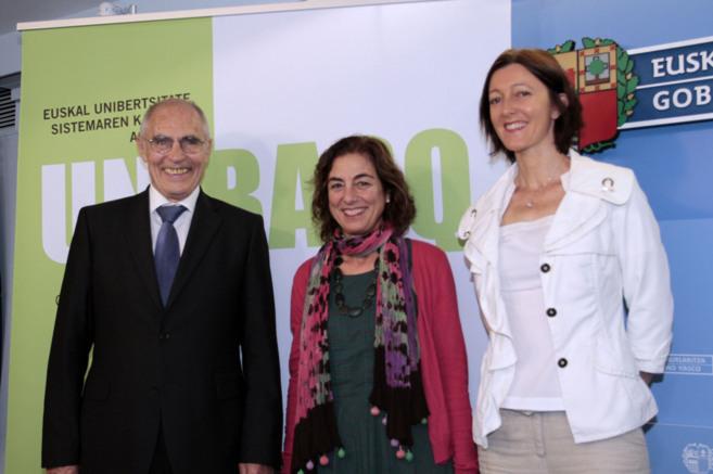 La consejera de Educación, Cristina Uriarte, en el centro, en un acto...