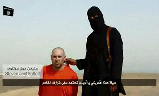 Un terrorista del IS, junto al periodista Steven Sotloff, que fue...