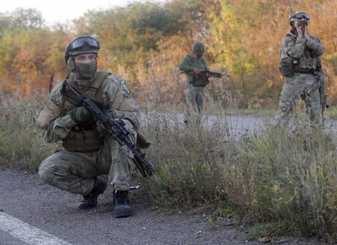 Una patrulla de soldados ucranianos en una carretera cerca de Donetsk.