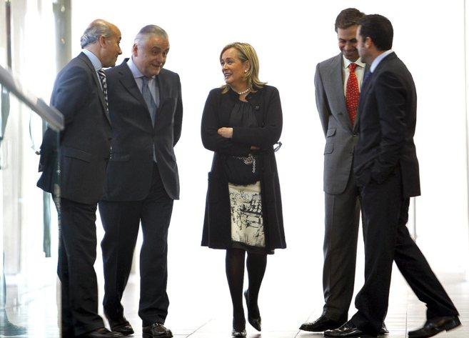Alberto Catalá (segundo por la izqda) y Belén Juste, ex consellera...