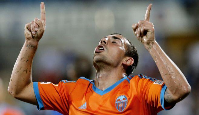 Paco Alcácer celebra el primer gol del Valencia en el Coliseum...