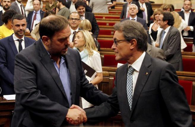 Artur Mas estrecha la mano de Oriol Junqueras durante el pleno...