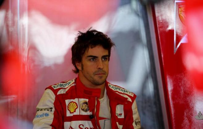 Alonso, pensativo en boxes.