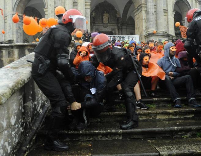 La Ertzaintza durante el operativo policial de ayer para detener a los...