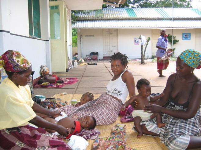 Varias mujeres africanas con sus hijos sentados en el suelo
