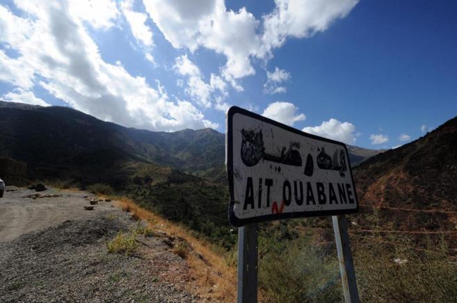 Una señal indica la llegada a Ait Waban (este de Argelia), lugar del...