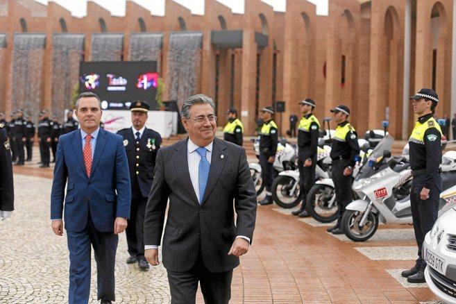 Zoido y Juan Bueno pasan revista a una formación de la Policía Local...