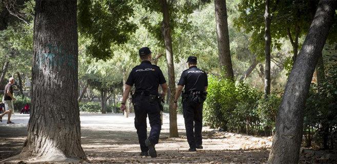 Agentes de policía vigilando los parques de la capital durante la...