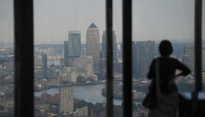 Una mujer observa la ciudad desde lo alto del Edificio Leadenhall.