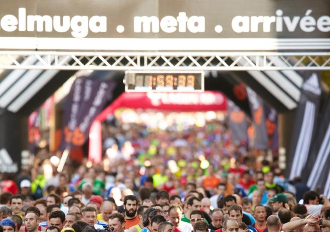 Numerosos corredores llegan a la meta en una anterior edición de la...