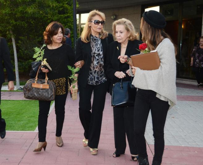 Vivian Tablada (2I), viuda de Lozano, junto a su madre, su hermana y...