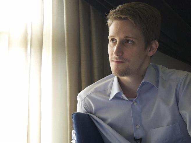 Foto del ex analista de la CIA Edward Snowden facilitada por la...