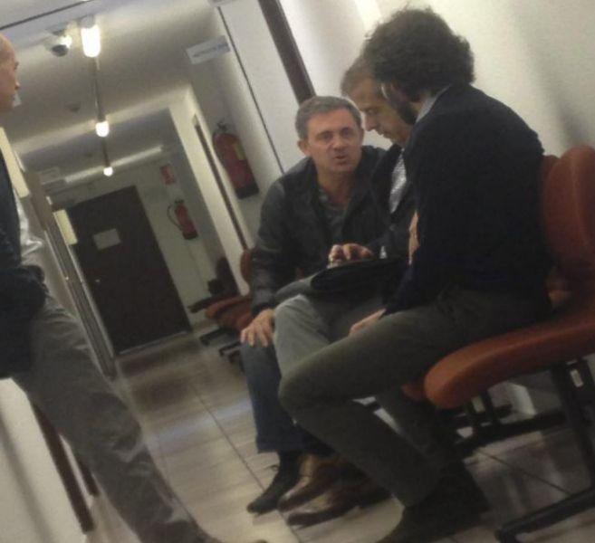 Jordi Pujol Ferrusola (de frente) conversa con sus acompañantes,...