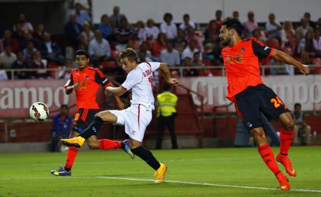 Deulofeu dispara para batir a Zubikarai y marcar el gol del triunfo...