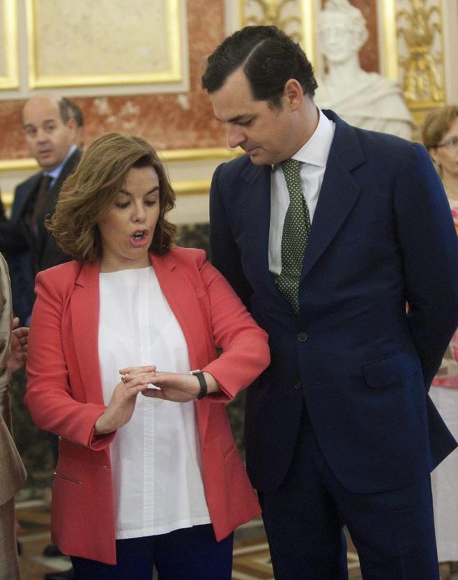 La vicepresidente Soraya Sáenz de Santamaría conversa con Leopoldo...