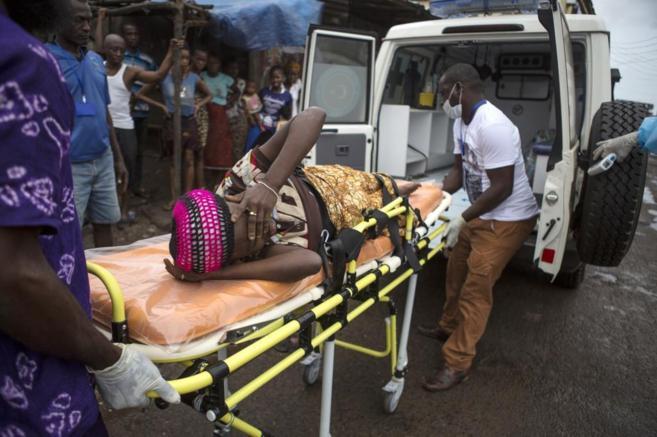 Una mujer con posible infección por ébola es trasladada a un centro...