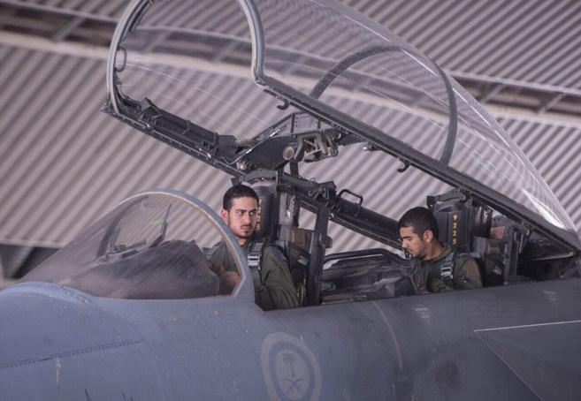 Dos aviadores saudíes en un avión F15.