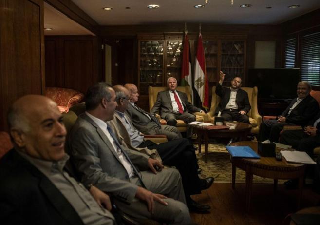 Miembros de las delegaciones de Al Fatah y Hamas reunidos en El Cairo.