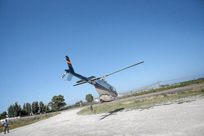 Un helicóptero se prepara para fumigar una zona de Valencia contra...